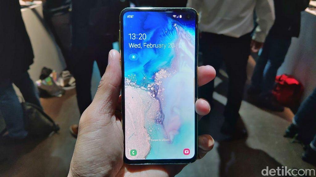 Galaxy S10e hadir dengan layar 5,8 inch Full HD+ Flat Dynamic AMOLED, 19:9 (522ppi). Foto: Muhamad Imron Rosyadi/detikINET