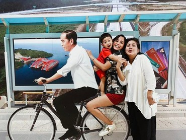 Biar makin seru, Kirana dan Kyo minta bonceng sepeeda dulu sama Pak Jokowi. He-he-he. Ini cuma foto sama replika patungnya saja ya, Bun, yang dipajang di Bandara Ngurah Rai, Bali. (Foto: Instagram/ @kiranalarasati)