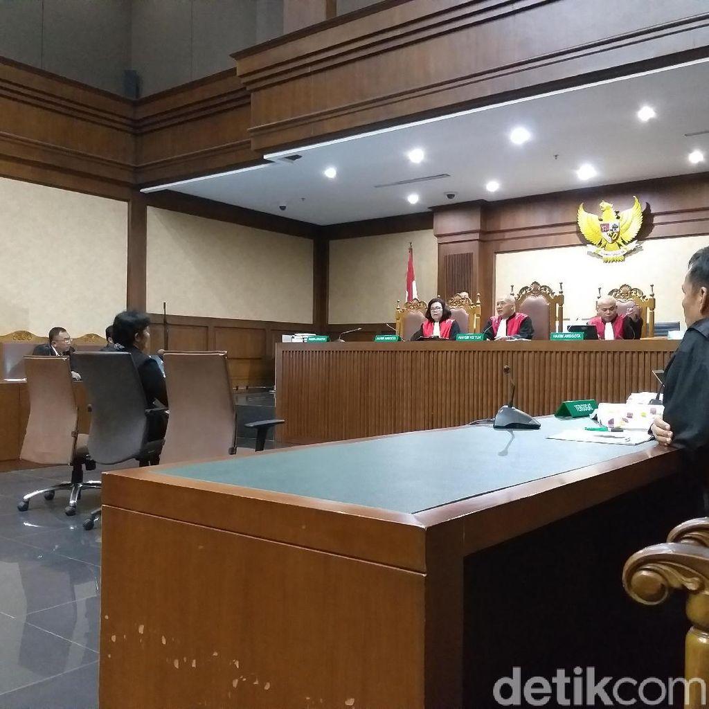 Hakim Merry Purba Menangis di Persidangan