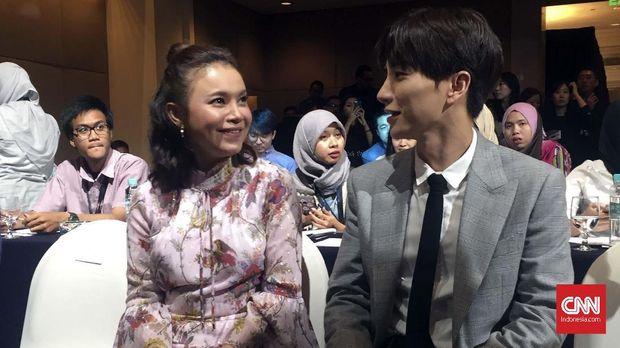 Rossa dan Leeteuk 'SUJU' bercengkerama di acara Transmedia-SM Entertainment.