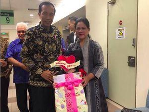Senyum Jokowi dan Iriana Bersama Anak Denada di Singapura