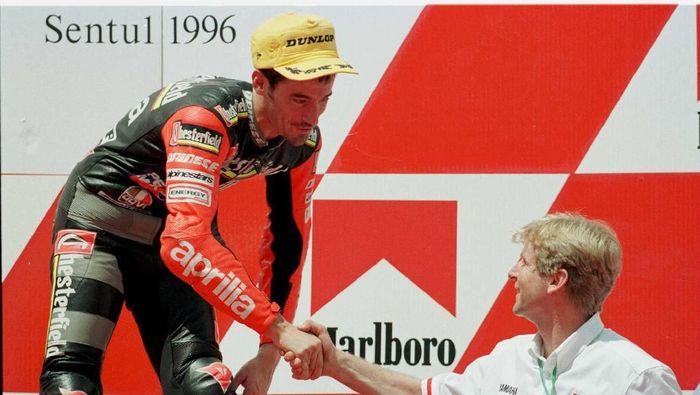 Max Biaggi dikala meraih podium kedua GP 250 cc di Sirkuit Sentul pada 1996. (Foto: Mike Cooper/ALLSPORT)