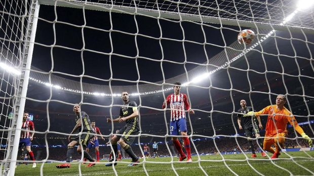 Dua gol bek Atletico bikin Juventus kalah 0-2 di leg pertama.