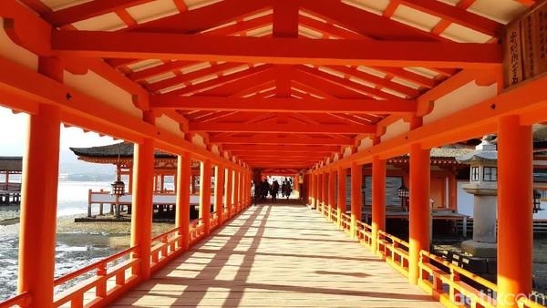 Kuil ini adalah situs warisan dunia UNESCO tahun 1996, Itsukushima hanya memiliki satu jalur masuk dan keluar di satu gerbang. (Bonauli/detikTravel)