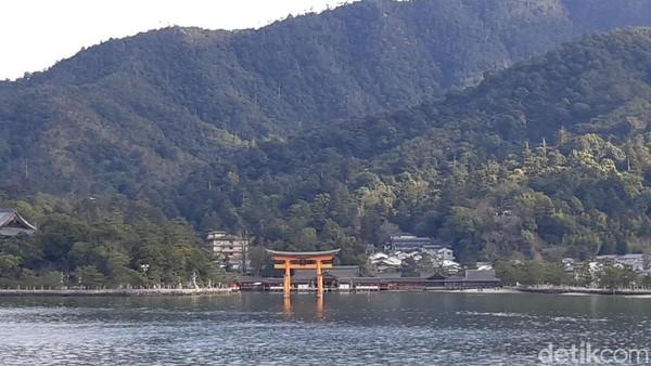 Kuil ini disebut mengapung karena berada di atas laut. Namun sebenarnya kuil ini dibangun di daerah pasang surut air laut. (Bonauli/detikTravel)
