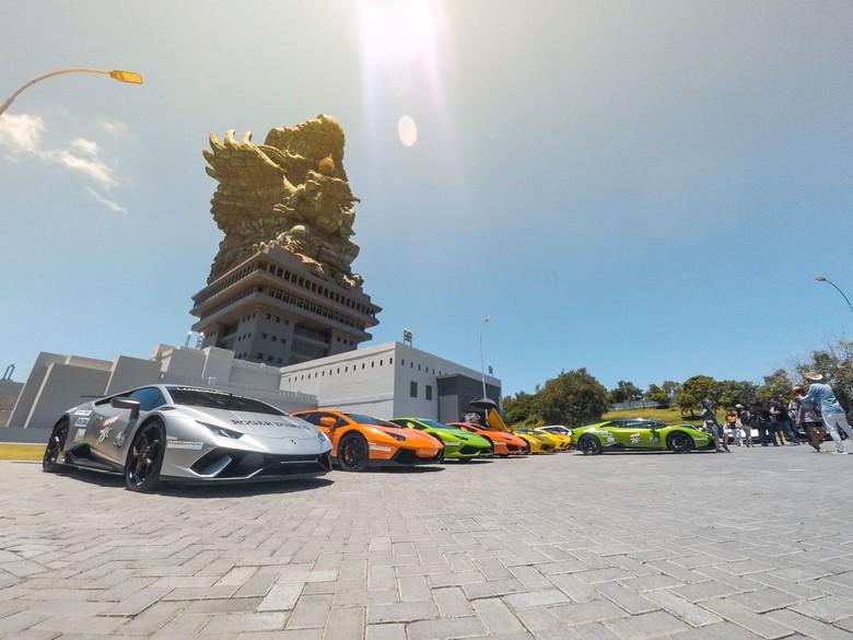 Komunitas Lamborghini Club Indonesia (LCI) menggelar touring di Pulau Dewata, Bali. Acara itu diikuti oleh 30 Lamborghini dari berbagai daerah di Indonesia.