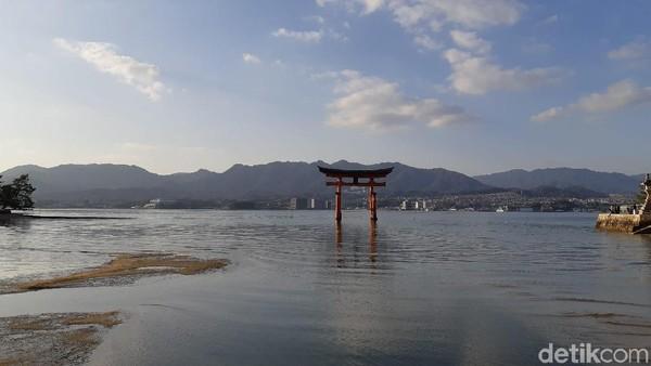 Itsukushima Shrine menghadap langsung ke gerbang torii raksasa yang diberi warna oranye sebagai penolak iblis. Seisi kuil pun di cat oranye dengan simbol yang sama. (Bonauli/detikTravel)