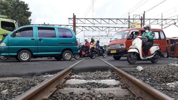 Kemacetan juga terjadi di perlintasan kereta api.