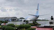 Diiring Gerimis, Jokowi-Iriana Terbang ke Singapura Jenguk Ibu Ani