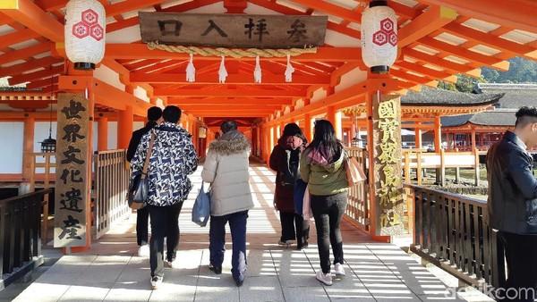 Kuil Itsukushima merupakan tempat ibadah bagi umat Shinto. Walau demikian, tempat ini tetap dibuka untuk destinasi umum. (Bonauli/detikTravel)