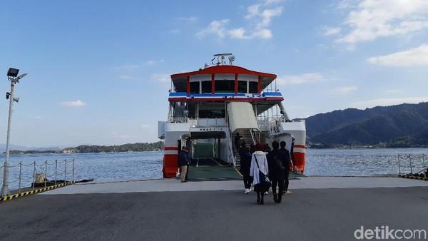 Harga tiket ferry JPY 180 atau sekitar Rp 22.869 per orang. Selama 10 menit perjalanan, wisatawan akan terpesona pemandangan gerbang Torii raksasa di tengah lautan. (Bonauli/detikTravel)