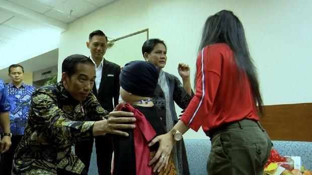 Presiden Jokowi bertemu putri Denada, Shakira Aurum di RS National University Singapore.