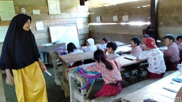 Para murid belajar di bawah kolong rumah warga. (Abdy/detikcom)