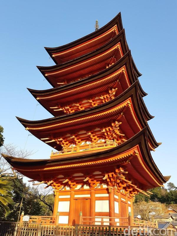 Ada pagoda cantik yang menjulang bernama Gojunoto. Pagoda ini dibangun pada tahun 610 masehi dengan tinggi 27 meter dengan 5 lantai namun tidak dibuka untuk umum. (Bonauli/detikTravel)