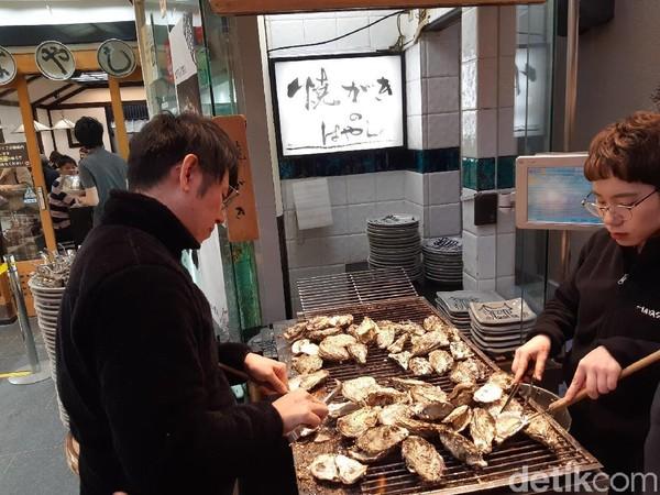 Puas jalan-jalan di area kuil, kamu juga bisa menikmati ragam kuliner khas dari Pulau Miyajima. Yang paling populer adalah tiram. (Bonauli/detikTravel)