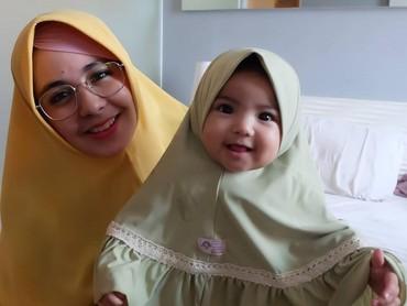 Ini dia Cyila, putri kecil Risty yang kompak mengenakan jilbab seperti ibunya. Cute! (Foto: Instagram @ristytagor)