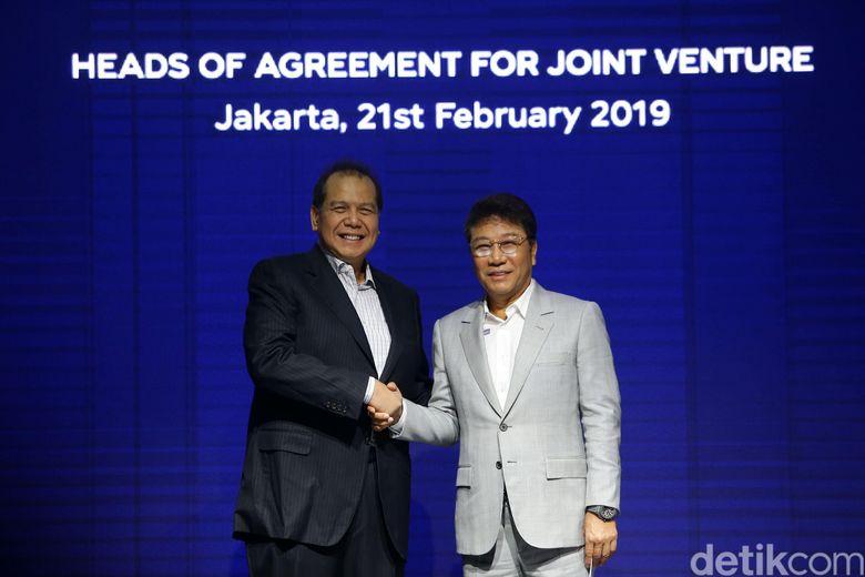 Chairul Tanjung, pemilik Transmedia dan Lee Soo Man, pemilik SM Enntertainment saat ditemui di Grand Hyatt Ballroom, Thamrin, Jakarta Pusat pada Kamis (21/2).