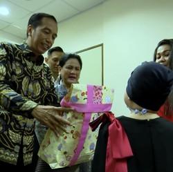 Senyum di Balik Masker Shakira Kala Terima Hadiah dari Jokowi