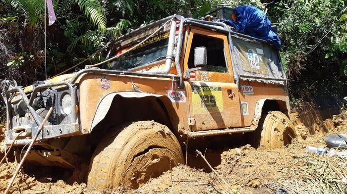 Salah satu mobil peserta iOX terjebak di lumpur (dok.IOX)