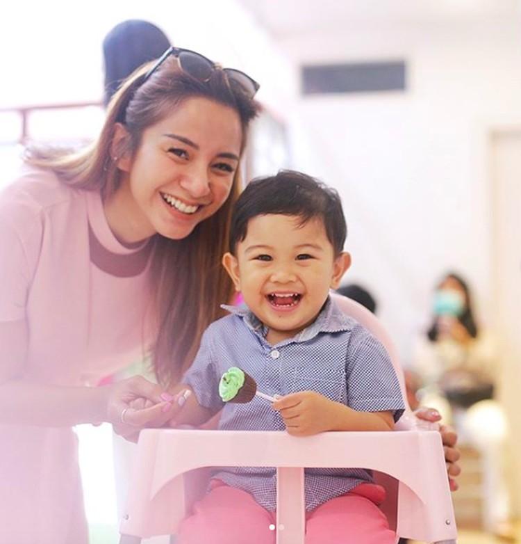 Kirana memutuskan untuk menjadi single parent sejak bercerai dengan Tama Gandjar pada 2017 lalu. Sejak saat itu, hak asuh Kyo Karura Gantama jatuh kepadanya. (Foto: Instagram/ @kiranalarasati)