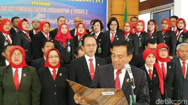 Hakim Pengadilan Negeri Jakarta Selatan mengikrarkan zona integritas di  lingkungan PN Jaksel.