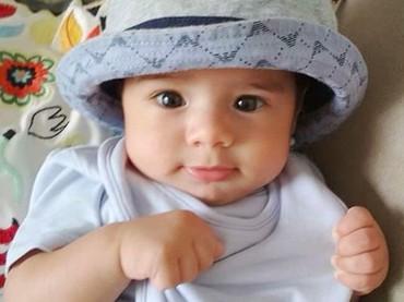 Wah, Baby Z sudah pintar bergaya. Meskipun di rumah, boleh dong kelihatan keren. (Foto: Instagram @carissa_puteri)
