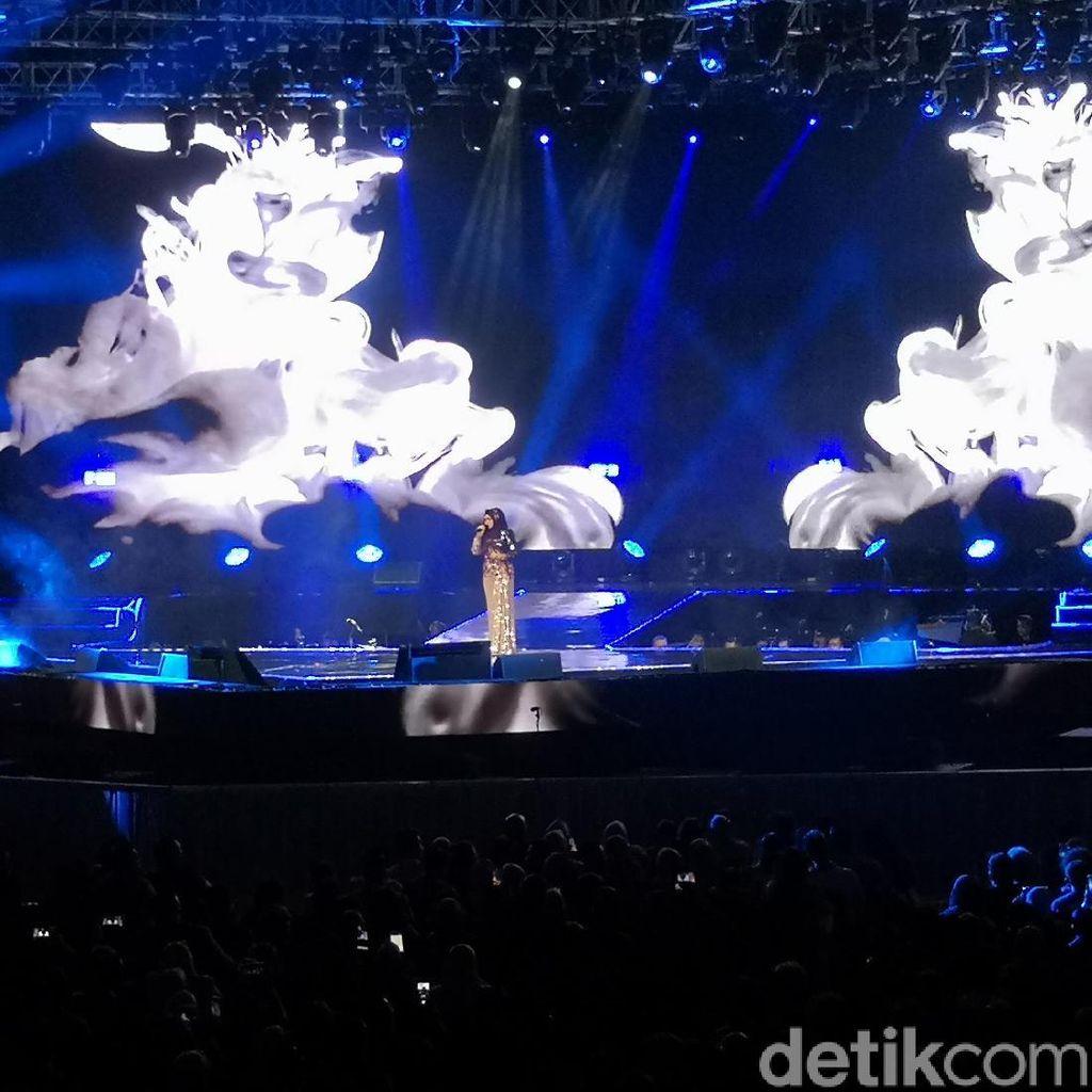 Siti Nurhaliza Hangatkan Konsernya dengan Akustik Bukan Cinta Biasa