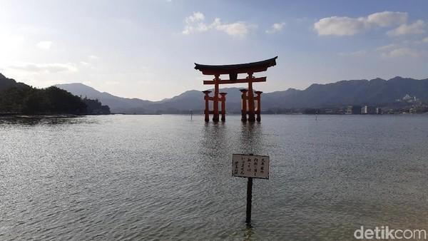 Gerbang torii menjadi tujuan utama wisatawan datang ke Pulau Miyajima. Bahkan Fernando Torres pernah berkunjung ke sini karena kagum dengan kuil ini. (Bonauli/detikTravel)