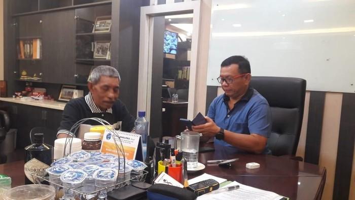 Sedek (kiri) bersama Kasat Reskrim Polres Jakpus AKBP Tahan Marpaung. (Foto: dok. Istimewa)
