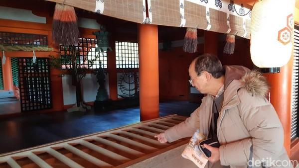 Di seberang altar penghilang nasib buruk ada pula tempat persembahan. Di sini, masyarakat maupun wisatawan bisa melemparkan koin dan berdoa untuk keberuntungan. (Bonauli/detikTravel)