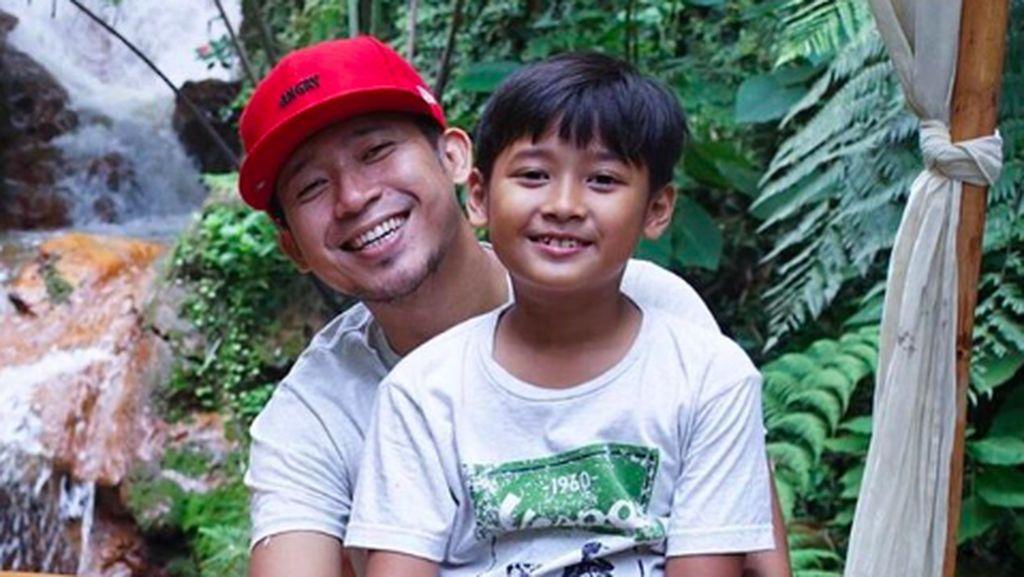 Keren! Kisah Keberanian Anak Denny Cagur Saat Terjebak di Lift