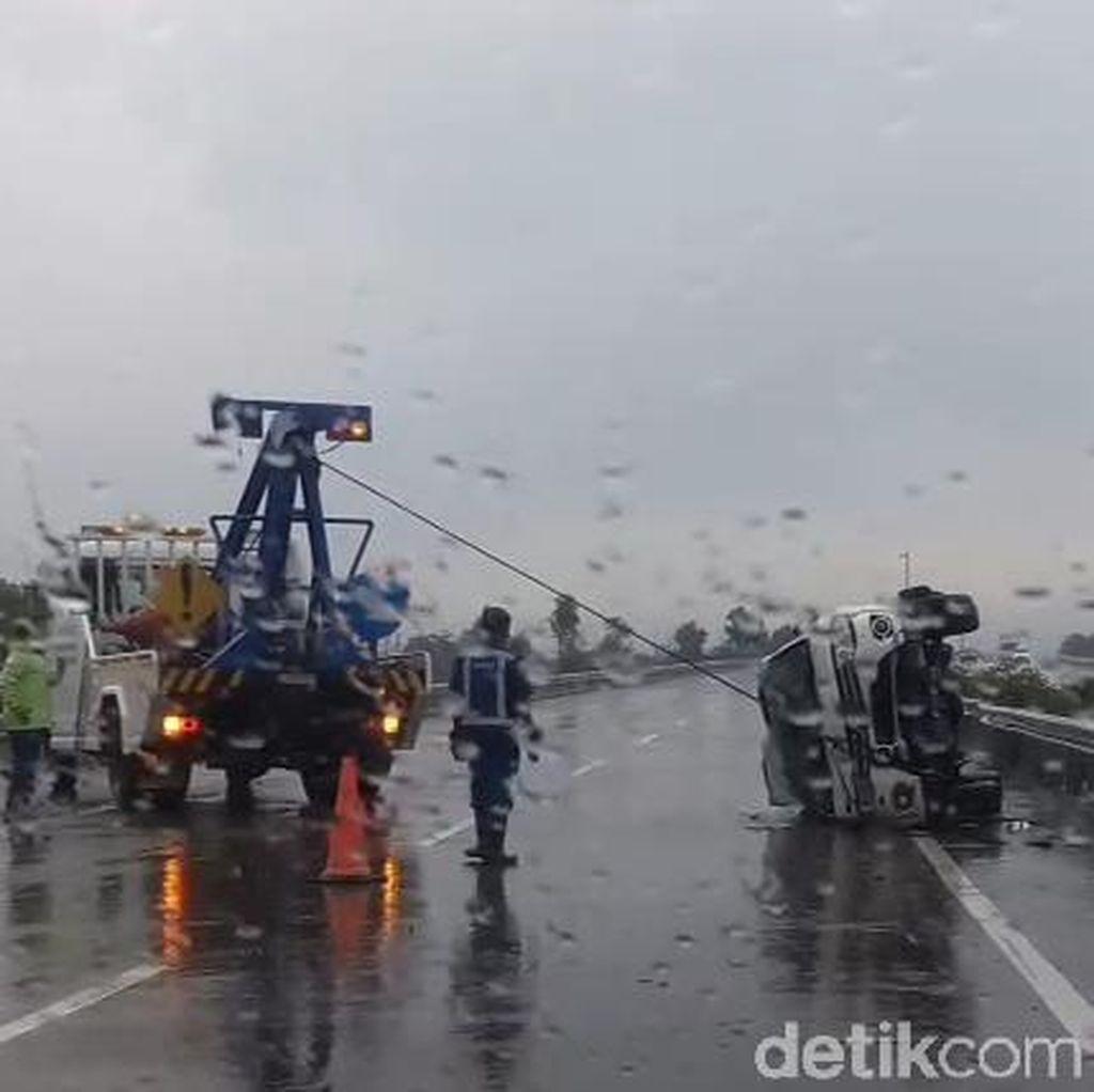 Benturan, 2 Mobil Terguling dan Tabrak Guardrail di Tol Pandaan