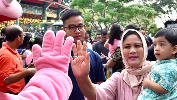 Gaya Iriana Jokowi Momong Cucu
