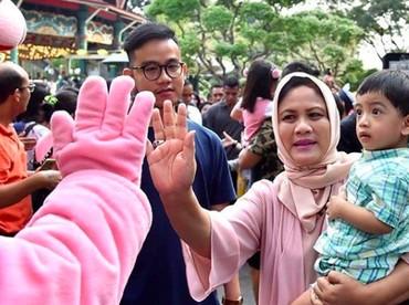 Jan Ethes jadi enggak takut bertemu badut deh karena berada di gendongan nenek tercinta, Iriana Jokowi. (Foto: Instagram/ @janethesfans)