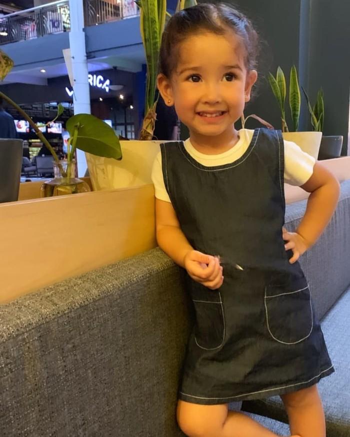 Lahir Oktober 2016, usia Sera tahun ini memasuki tahun ketiga. Ia termasuk anak ceria dan aktif lho! Foto: Instagram roseseraphina