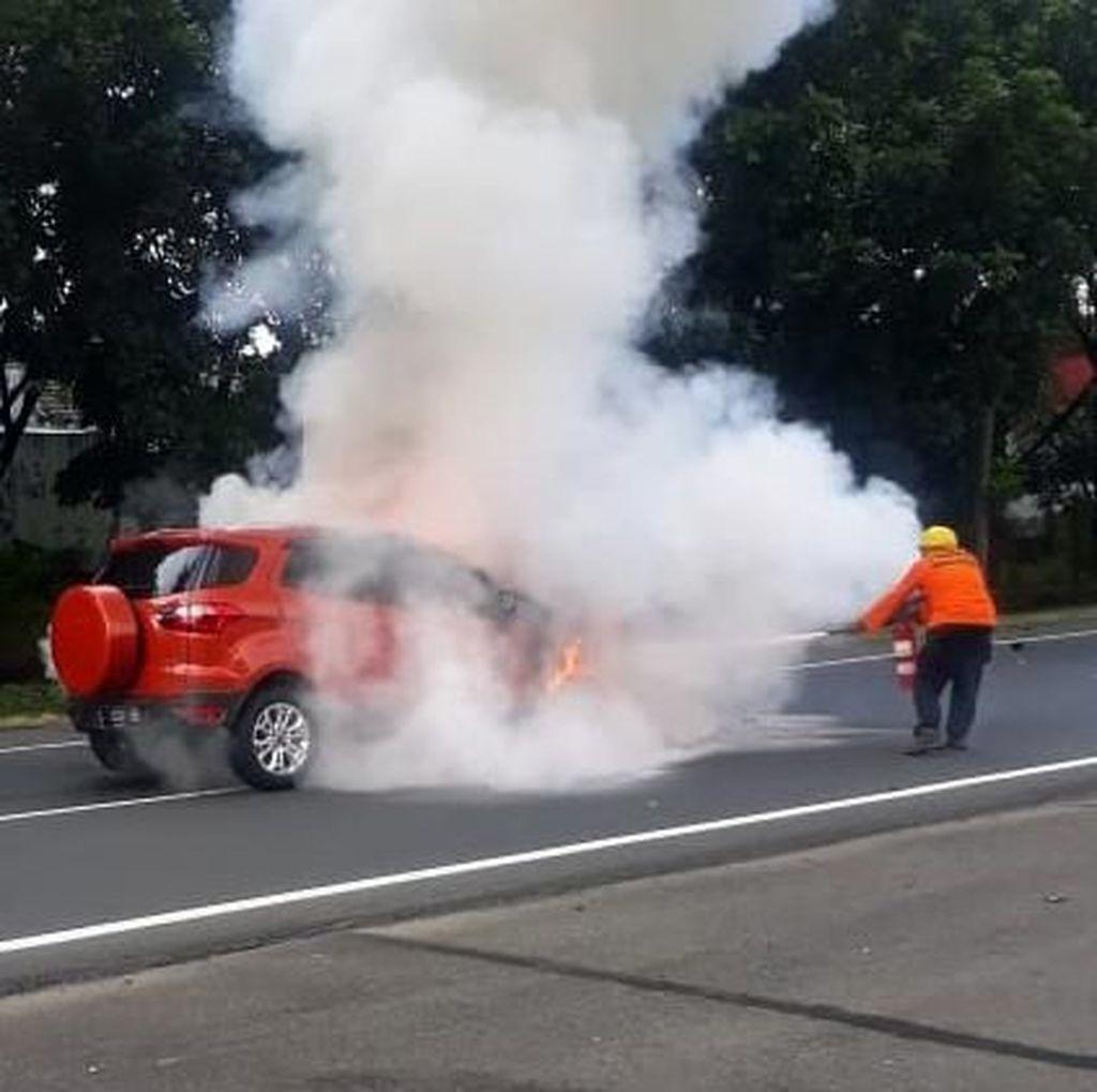Penampakan Mobil Terbakar di Tol Waru Juanda