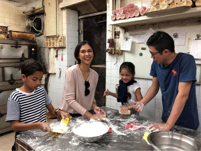 Liburan ke Hong Kong bareng keluarga justru dimanfaatkan Nana Mirada untuk membuat bakpao di Kam Kee cake Shop. Serunya! Foto: dok. HKTB