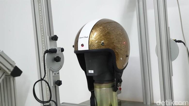 Pembuatan helm Cargloss. Foto: Luthfi Anshori/detikOto