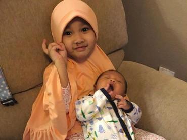 Starla kini juga punya adik laki-laki bernama Faithlee As-syair Virgoun. Kakak Starla akur-akur sama si dedek bayi ya. (Foto: Instagram/mommy_starla)