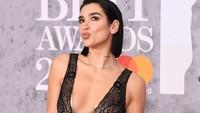 Ia pun memamerkan bagian payudaranya lewat dress tersebut.Jeff Spicer/Getty Images