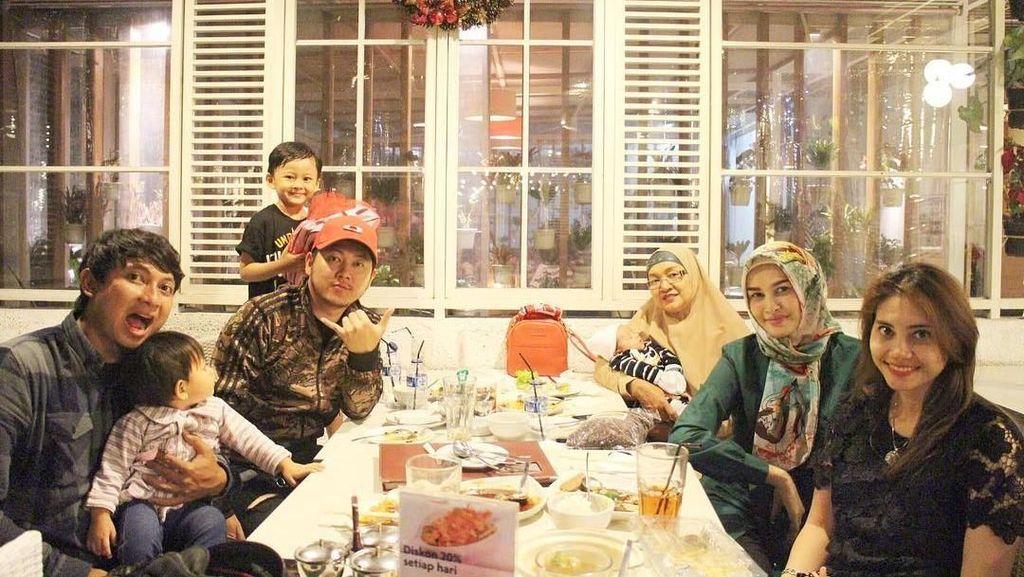 Momen Manis Angel Qulbiah, Istri Richie Five Minutes Saat Kulineran