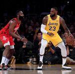 LeBron Double-Double, Lakers Tundukkan Rockets