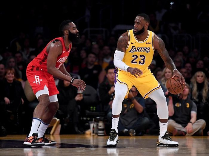 LeBron James memimpin LA Lakers mengalahkan Houston Rockets. Foto: Harry How/Getty Images
