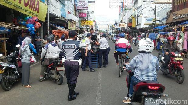 Polisi Angkut Paksa Kendaraan yang Parkir Liar di Garut Kota