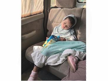 Starla lucu banget sih, tidur sambil makan. Atau makan sambil tidur nih? Hi-hi-hi, ada-ada aja tingkah Starla. (Foto: Instagram/mommy_starla)