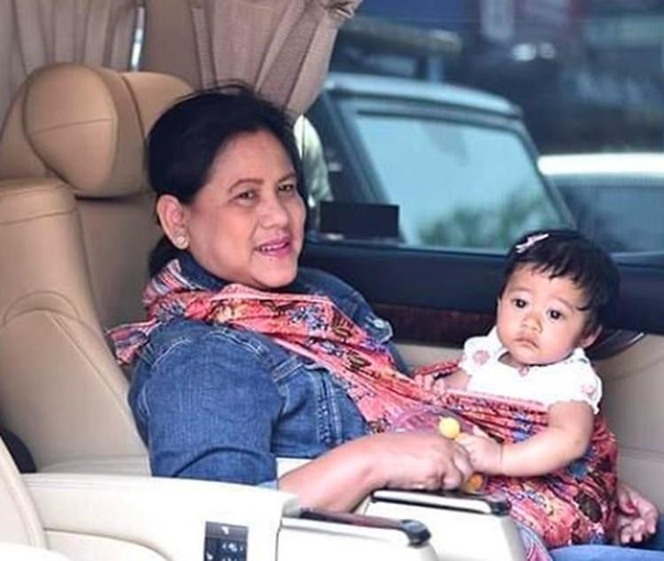 Lihat, anak Kahiyang Ayu, Sedah Mirah anteng banget berada di gendongan Mbah Ana. (Foto: Instagram/ @janethesfans)