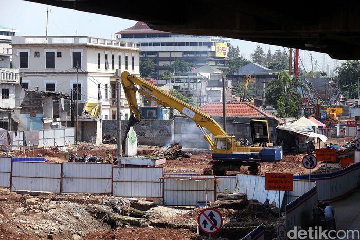 Alat berat tengah menghancurkan bangunan yang tersisa, Jumat (22/2).