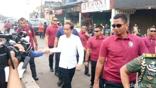 Tiba-tiba Jokowi Sambangi Pasar Minggu, Beli Kedondong dan Ikan Gabus