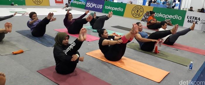 Yang ini disebut navasana atau pose yang menyerupai kapal (boat). Pose ini melatih kekuatan dan fleksibilitas yang mengharuskan posisi tubuh berbentuk V. Pose ini nggak cuma melatih fisik tapi juga konsentrasi, stamina, dan keseimbangan. Jadi, udah jelas ya badan size plus juga bisa yoga. (Foto: Rosmha Widiyani/detikHealth)