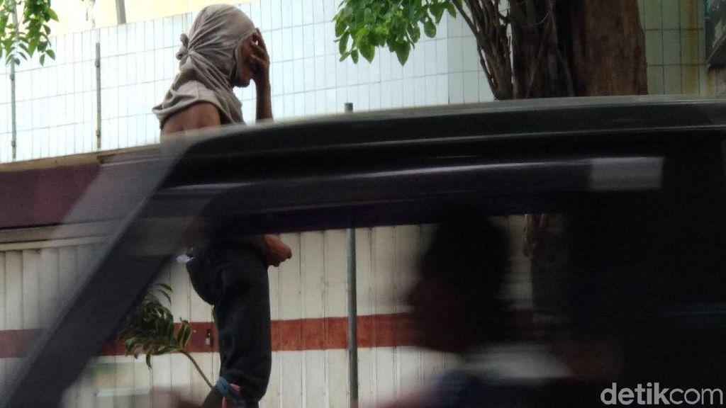 Warga Probolinggo Dikagetkan Aksi Pria Pamer Alat Vital